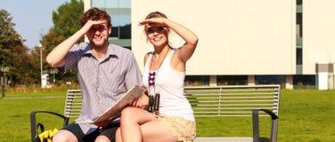 Les couples de touristes dans la ville ont lu la carte Photographie stock