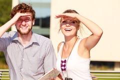 Les couples de touristes dans la ville ont lu la carte Images libres de droits