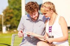 Les couples de touristes dans la ville ont lu la carte Image libre de droits
