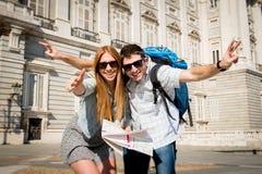 Les couples de touristes de beaux amis sur des étudiants de vacances échangent le concept de tourisme Image stock