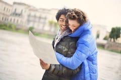 Les couples de touristes regardent la carte la ville de Vérone Images libres de droits