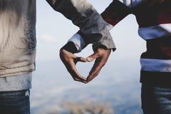 Les couples de Valentine marchant de pair, ont promis de prendre soin de l'un l'autre images libres de droits