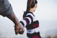 Les couples de Valentine marchant de pair, ont promis de prendre soin de l'un l'autre image stock