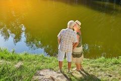 Les couples des aînés s'approchent de l'eau Photo libre de droits