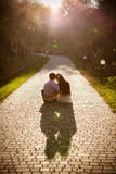 Les couples des adolescents se reposent dans la rue ensemble Image stock