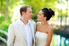 Les couples des amoureux dans l'amour dans le fleuve de stationnement étreignent Photo libre de droits