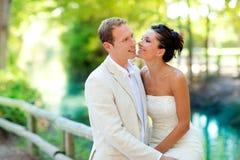Les couples des amoureux dans l'amour dans le fleuve de stationnement étreignent Photos stock