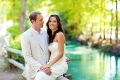 Les couples des amoureux dans l'amour dans le fleuve de stationnement étreignent Image libre de droits