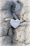 Les couples des coeurs en bois d'amour sur le sable encaissent Photo stock