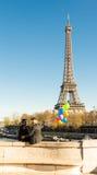 Les couples des hommes avec des ballons et de Tour Eiffel dans le backgrou Image libre de droits
