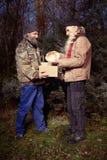 Les couples des hommes sans abri en hiver garent apprécier seul Noël Photo stock