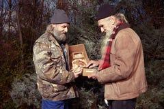 Les couples des hommes sans abri en hiver garent célébrer seul Noël Photos libres de droits