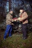 Les couples des hommes sans abri en hiver garent célébrer seul Noël Image stock
