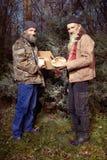 Les couples des hommes sans abri en hiver garent célébrer seul Noël Photos stock