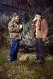 Les couples des hommes sans abri en hiver garent célébrer seul Noël Images libres de droits