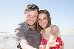les couples des jeunes dans le sourire d'amour et heureux en quelques vacances d'été échouent Photo stock
