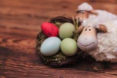 Les couples des moutons de Pâques s'approchent du panier d'oeufs Photographie stock