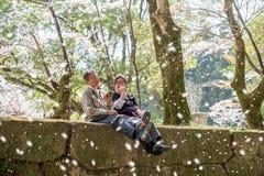 Les couples des personnes âgées voyagent au Japon se reposent et ayant le duri heureux de temps Photographie stock libre de droits