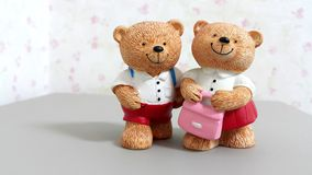 Les couples des poupées en céramique d'ours vont à l'école Photo stock