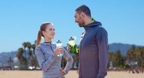 Les couples des sportifs avec de l'eau au-dessus de Venise échouent Image stock