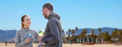 Les couples des sportifs avec de l'eau au-dessus de Venise échouent Images libres de droits