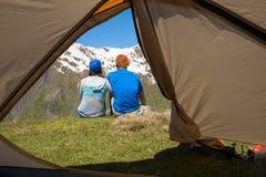 Les couples des voyageurs heureux se reposent sur un précipice Photo stock