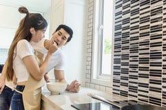 Les couples doux autoguident la cuisine faisant cuire le concept d'amant Photographie stock
