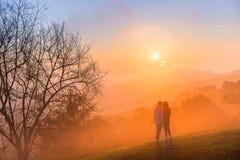 Les couples du selfie d'amour avec détendent le mouvement dans le temps de coucher du soleil sur le mounta Photos libres de droits