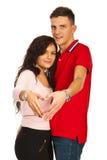 Les couples effectuant le coeur forment avec des mains Image stock