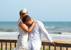 les couples embrassent l'offre heureuse Photo libre de droits