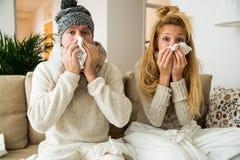 Les couples en difficulté attrapent le froid photographie stock