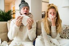 Les couples en difficulté attrapent le froid photos libres de droits