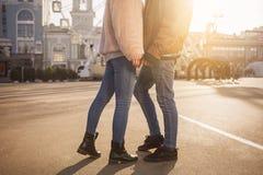 Les couples enamourés apprécient le temps ensemble Photos libres de droits
