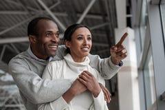 Les couples enamourés expriment la surprise Photographie stock