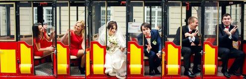 Les couples et les amis de mariage se reposent dans le tram de touristes Photos libres de droits