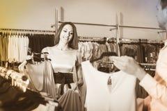 Les couples examinent des modèles d'une robe Photographie stock