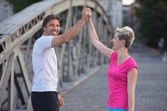 Les couples félicitent et heureux de finir Images stock
