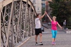 Les couples félicitent et heureux de finir Image libre de droits