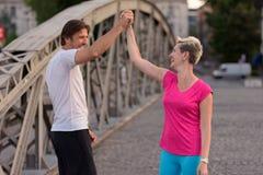 Les couples félicitent et heureux de finir Photographie stock