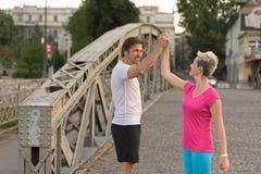 Les couples félicitent et heureux de finir Photos libres de droits