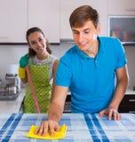 Les couples faisant le militaire de carrière nettoient à l'intérieur Image libre de droits