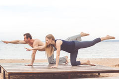 Les couples font des sports à la côte Photos stock