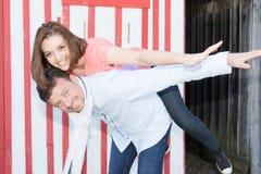 les couples font l'avant de ferroutage du concept en bois de vacances de hutte Images libres de droits