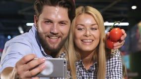 Les couples font le selfie au supermarché banque de vidéos