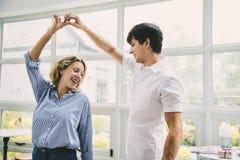 Les couples gais ont plaisir à danser ensemble Photos stock