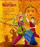 Les couples Garba de exécution dansent dans des RAA de Dandiya pour Dussehra ou Navratri illustration de vecteur