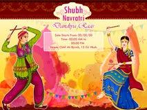 Les couples Garba de exécution dansent dans des RAA de Dandiya pour Dussehra ou Navratri illustration stock
