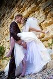 Les couples gentils près stonewall Photographie stock libre de droits
