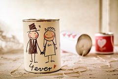 Les couples griffonnés de nouveaux mariés peuvent dessus avec de la ficelle Images libres de droits