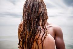 Les couples heureux à la mer échouent, adulte, vacances d'été Photos libres de droits